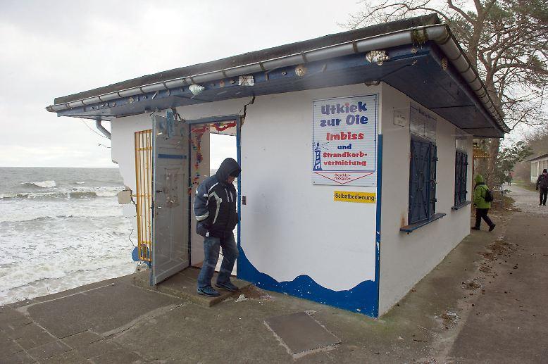 ... tonnenweise Sand von der Küste ins Meer. Manchen Einrichtungen wie diesem Imbiss ...