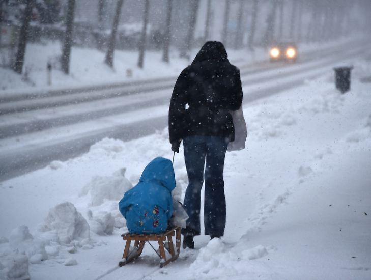 """Die weiße Pracht dürfte Deutschland über das Wochenende erhalten bleiben: """"Das Wochenende wird winterlich"""", sagt n-tv Meteorologe Björn Alexander."""