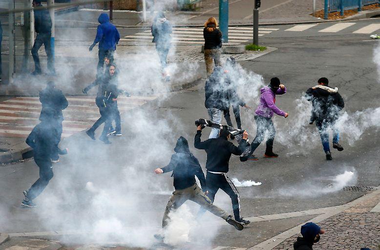 Brennende Autos, eingeschlagene Schaufenster, geplünderte Supermärkte: Aus der Vorstadt nördlich von Paris kommen erschreckende Bilder.