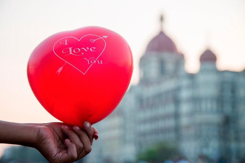 Rot ist die Farbe der Liebe und die Liebe ist universell und international - hier vor dem Taj Mahal Palace Hotel in Mumbai, Indien.