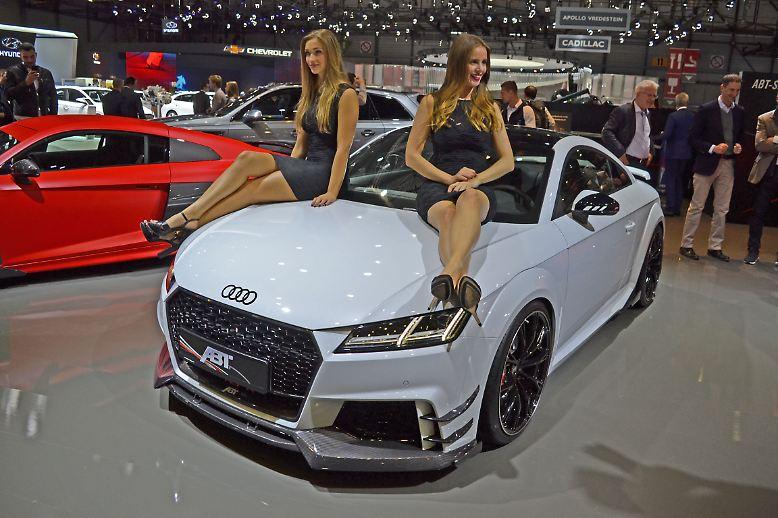 Es hat schon was Klassisches, wenn sich zwei junge Damen auf der Motorhaube räkeln. Für den Autofreund dürfte das Entscheidende aber darunter liegen. Schließlich bringt der Abt TT RS-R noch mal ordentlich Performance mit.