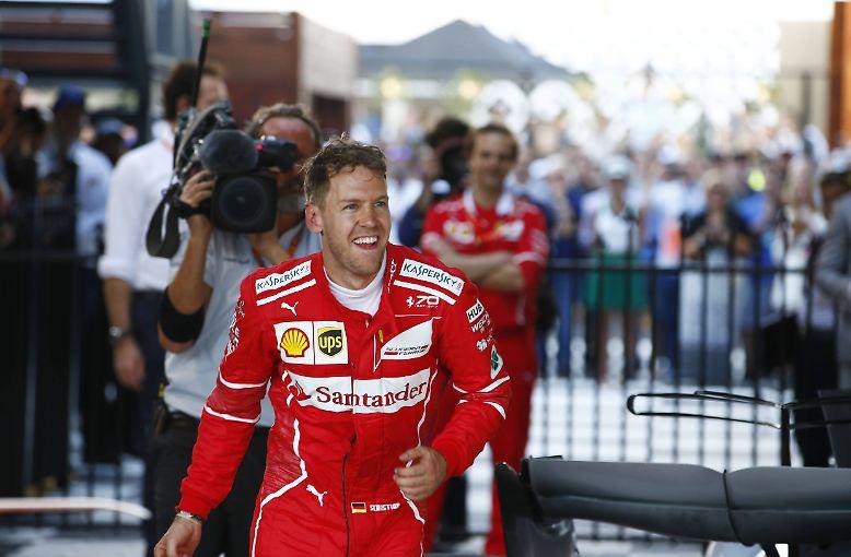 Überwältigt vor Glück wollte Sebastian Vettel nach dem Ende seiner Leidenszeit mit Ferrari den Moment einfach nur festhalten.