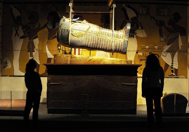 ... im Grab von Tutanchamun nach einer geheimen Kammer, in der die Mumie seiner Stiefmutter Nofretete vermutet wurde. (Bild: nachgebildete Grabkammer des Pharaos Tutanchamun in einer Ausstellung)