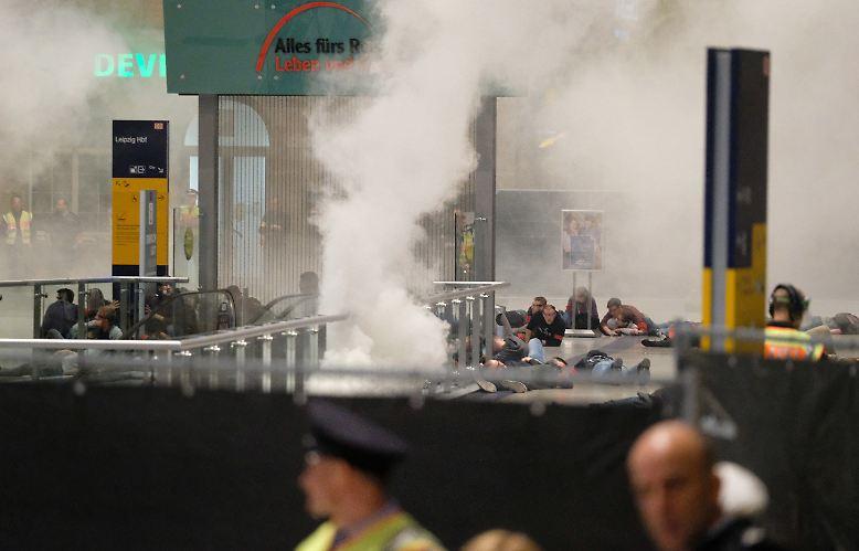 Explosionsgeräusche donnern durch die Bahnsteige, ...