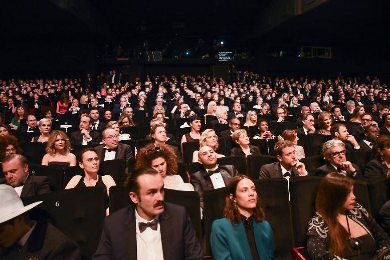 """... wenn die Wettbewerbsfilme auf die Leinwand geworfen werden. Der Eröffnungsfilm  """"Les Fantômes d'Ismaël"""" um einen Drehbuchautor mit durchgeknallter Ehefrau schien den Organisatoren übrigens passender als der neue """"Pirates of the Caribbean""""-Streifen. Letzterer wurde abgelehnt. Man will eben auch ernst genommen werden - neben all dem Red-Carpet-Theater. (jug)"""