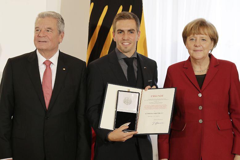 """""""Im Grunde kann jeder den Weg einschlagen, man muss nur gut Fußball spielen. Das reicht zum Überleben."""" - Philipp Lahm wird dreimal mit dem Silbernen Lorbeerblatt, der höchsten verliehenen sportlichen Auszeichnung Deutschlands, geehrt."""