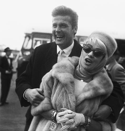 Dazu passte ebenso sein trockener Humor - wie hier 1961 in jüngeren Jahren mit seiner zweiten Ehefrau Dorothy Squires ...