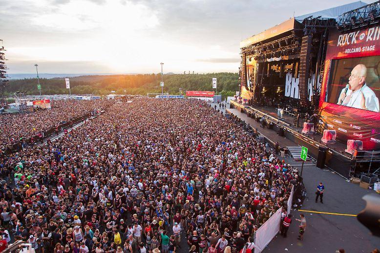 """Zum Bersten gefüllt ist der Platz vor der großen Bühne bei dem Festival """"Rock am Ring"""", als die schlechte Nachricht eintrifft."""
