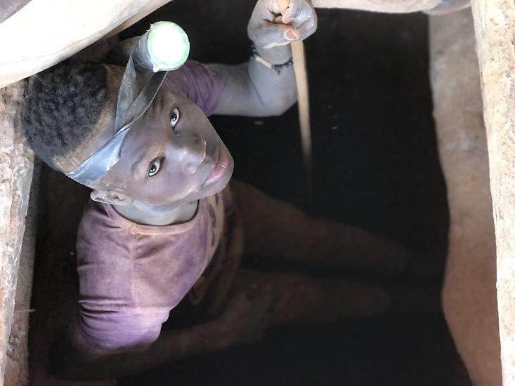 Jungs klettern 40 bis 50 Meter tief in die Minen. Dort buddeln sie mit einfachen Werkzeugen nach Gold. Ob sich das Edelmetall tatsächlich in den Eimern voller Schlamm befindet, die ans Tageslicht gezogen werden, wissen die Kinder nicht. Sie erhalten am Ende des Tages für ihre Knochenarbeit einen mickrigen Lohn, oft auch gar nichts.