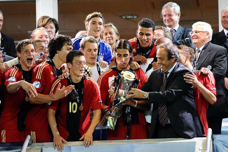 """… und zusammenzuhalten, wie Ex-Titelträger Özil aus eigener Erfahrung zu berichten weiß: """"Auf den Teamgeist kommt es an. Der entscheidet zumindest mit über den Erfolg bei solchen Turnieren. Wir waren eine Mannschaft, die richtig gut zusammengehalten hat."""""""