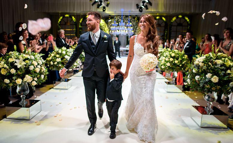 Pompöse Blumensträuße, die Braut Antonella Roccuzzo in edler, weißer Spitze - eine Hochzeit, wie sie sich für einen Fußball-Superstar wie Lionel Messi gehört.