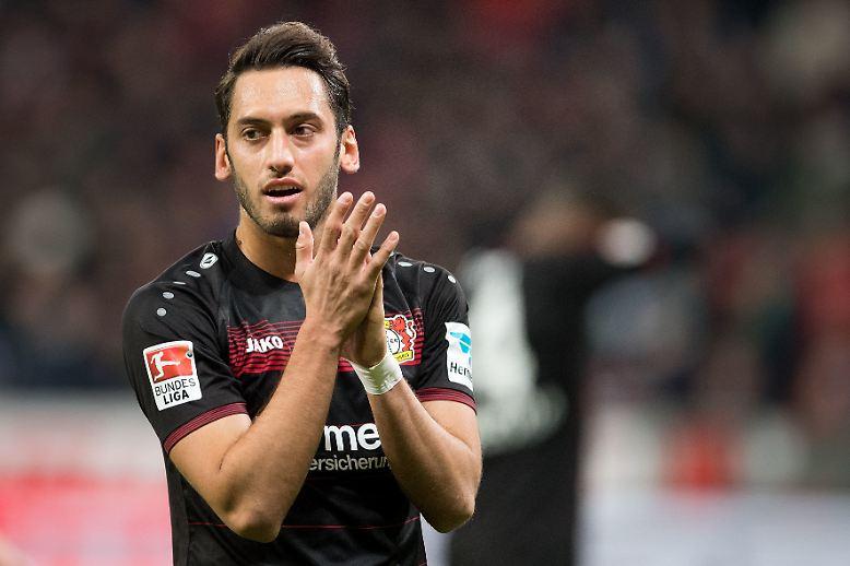 Auch die Mailänder sind auf Einkaufstour: Der frühere Weltklasseklub AC will zurück an die Spitze und hat dafür den Schalker Hakan Calhanoglu verpflichtet. Bayer 04 soll für den türkischen Nationalspieler mehr als 20 Millionen bekommen.
