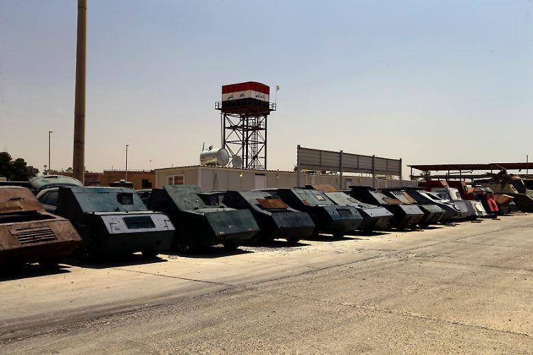 """Beim Sturm auf Mossul haben irakische Sicherheitskräfte in den vergangenen Wochen dutzende dieser Gefährte beschlagnahmt und auf dem Gelände einer Polizeistation abgestellt. Was aussieht, wie ein Fuhrpark aus dem Film """"Mad Max"""", ist eine der wirksamsten Waffen der Terrormiliz IS im Kampf gegen nahende Bodentruppen."""