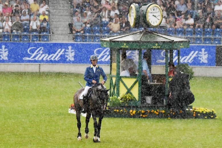 An der Grenze zu Belgien und den Niederlanden geht es los: In Aachen versinkt ein Springreitturnier im Starkregen.