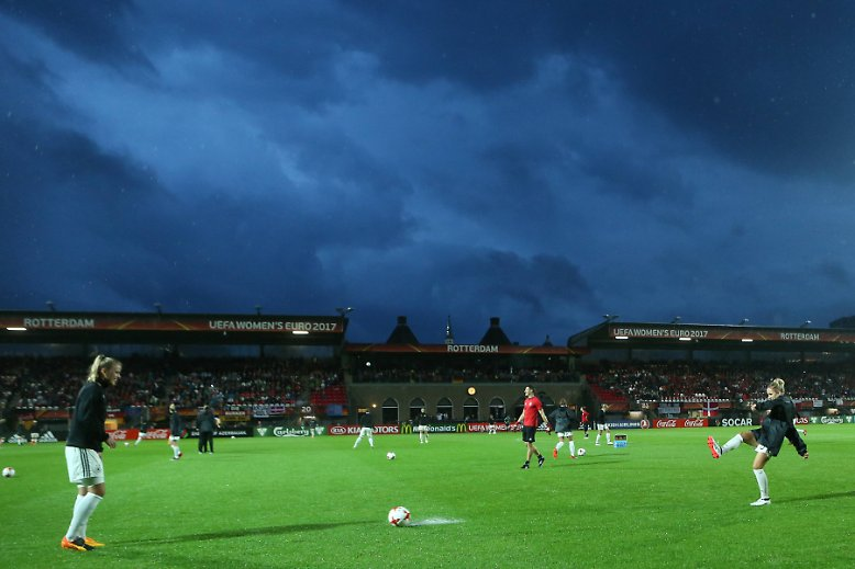 Das Viertelfinale zwischen den deutschen und dänischen Frauen bei der EM in den Niederlanden sollte ein Fußball-Fest werden. Doch Dauerregen sei Dank ...