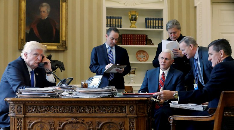 Ein Bild aus vergangenen Tagen: Donald Trump sitzt am Beginn seiner Amtszeit als US-Präsident mit seinen engsten Vertrauten zusammen. Heute, sieben Monate später, ist nur noch einer von ihnen - Vizepräsident Mike Pence - Teil von Trumps Team. Die übrigen haben in der Zwischenzeit ihre Jobs im Weißen Haus verloren.