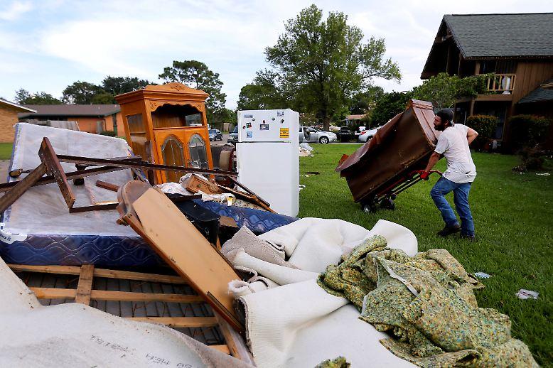Nun ist die Katastrophe endlich vorbei. Die Menschen in den betroffenen Gebieten fangen an die Zerstörung zu beseitigen.