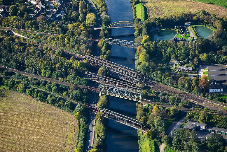 Gut überbrückt: Wer von Norden kommend per Bahn nach Duisburg will, muss zwangsläufig die Ruhr überqueren. Bei der Fahrt auf der parallel zur Ruhr zwischen Mülheim und Duisburg verlaufenden Ruhrorter Straße kommt man mit dem Brückenzählen gar nicht mehr nach.