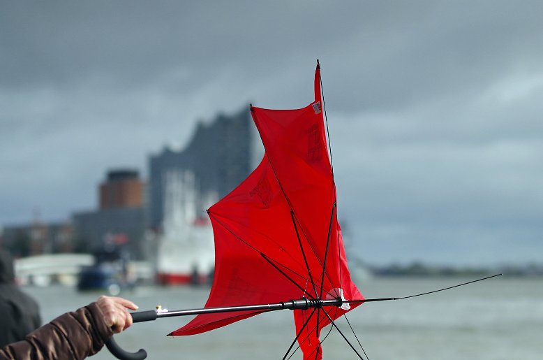 """Da hilft auch kein Regenschirm mehr: Orkantief """"Xavier"""" bringt nicht nur reichlich Wasser nach Hamburg und ..."""
