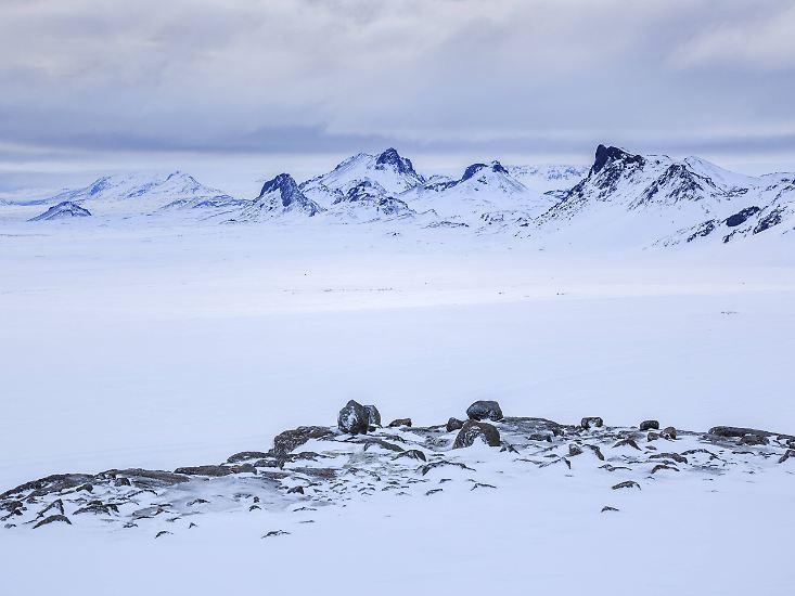 Eine Reise nach West-Island ist in jedem Fall abwechslungsreich.  WOW Air fliegt Island ab Deutschland direkt an.  Ausflüge können unter anderem bei Gray Line gebucht werden. Mehr Informationen zu Sehenswürdigkeiten, Touren und Hintergrundwissen erhalten Islandreisende auf den Websites von Promote Iceland und West-Island.