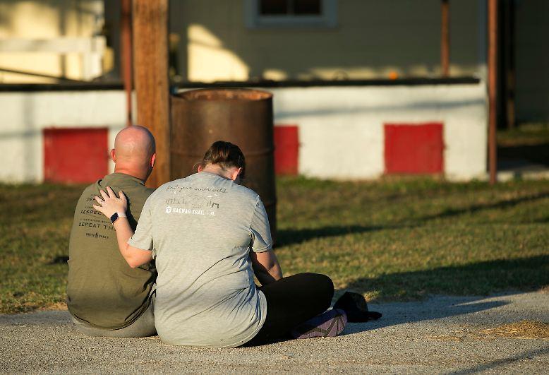 Etliche Einwohner kommen zur Kirche, um zu trauern und für die Opfer zu beten. Es wird lange dauern, bis sich der Ort von dem Schock erholt hat.