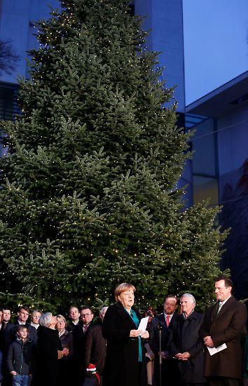 So richtig weihnachtlich pompös sieht es nicht aus vor dem Bundeskanzleramt, aber ...