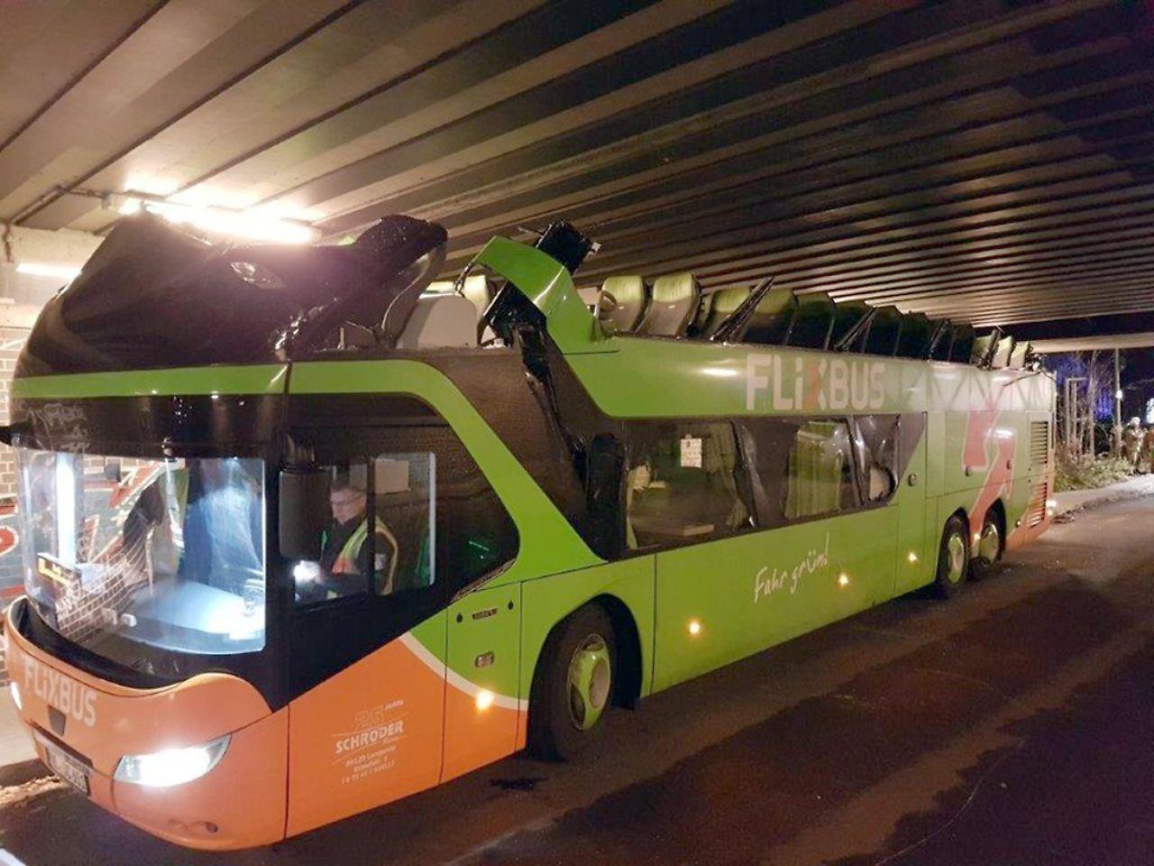 Brücke reißt komplettes Dach vom Bus