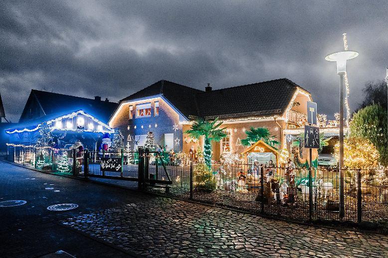 Familie Rahlfs aus dem schleswig-holsteinischen Barnitz bringt regelmäßig Weihnachtsdekoration aus Schweden mit. Wenn die Dekoration wieder abgehängt wird, füllt sie mittlerweile zwei Lastwagen.