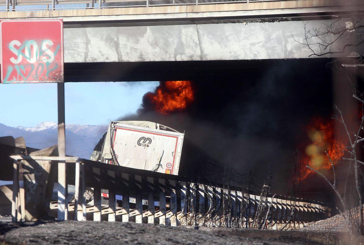Autobahn gesperrt Sechs Tote bei Tanklaster-Crash - darunter zwei Kinder