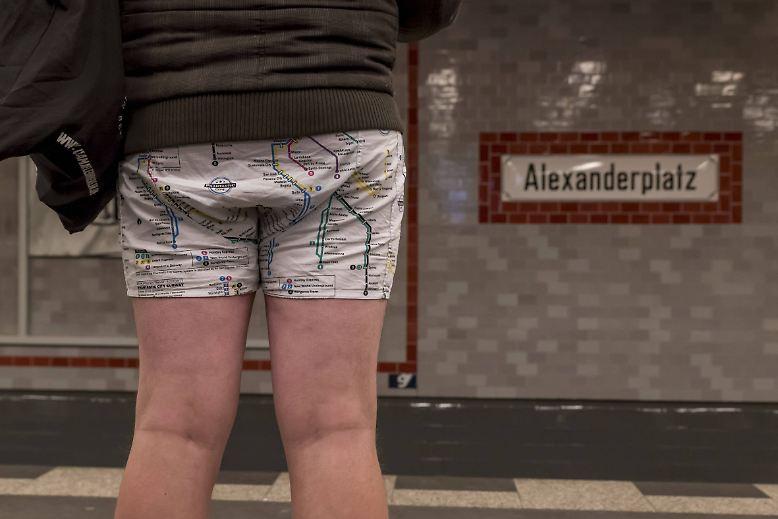 """Am Sonntag fuhren Menschen in diversen Städten weltweit ohne Hosen mit öffentlichen Verkehrsmitteln. Es war """"International No Pants Day"""" - also internationaler hosenfreier Tag. Erfunden wurde der ..."""