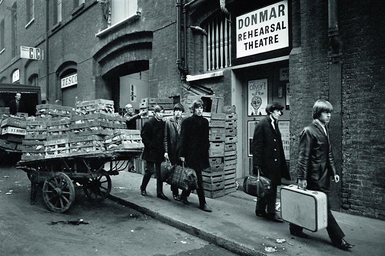 """""""Die Kerle, die da die Straße runtergehen, das sind wir: 'Ey, guck dir diese scharfen Jungs an.' Wir tragen alle Beatles-Boots. Sobald wir das erste Mal ernsthaft Bares verdient hatten, sind wir los und haben neue Gitarren und Beatles-Boots gekauft. Das war der Knaller. Das war das Ding. Du hast es geschafft! Ich kaufte mir diesen brandneuen Koffer. Es war der erste Koffer, den ich je besessen habe"""", so wird Keith Richards zitiert. Im Bild: die Rolling Stones in Soho, London im Januar 1964."""
