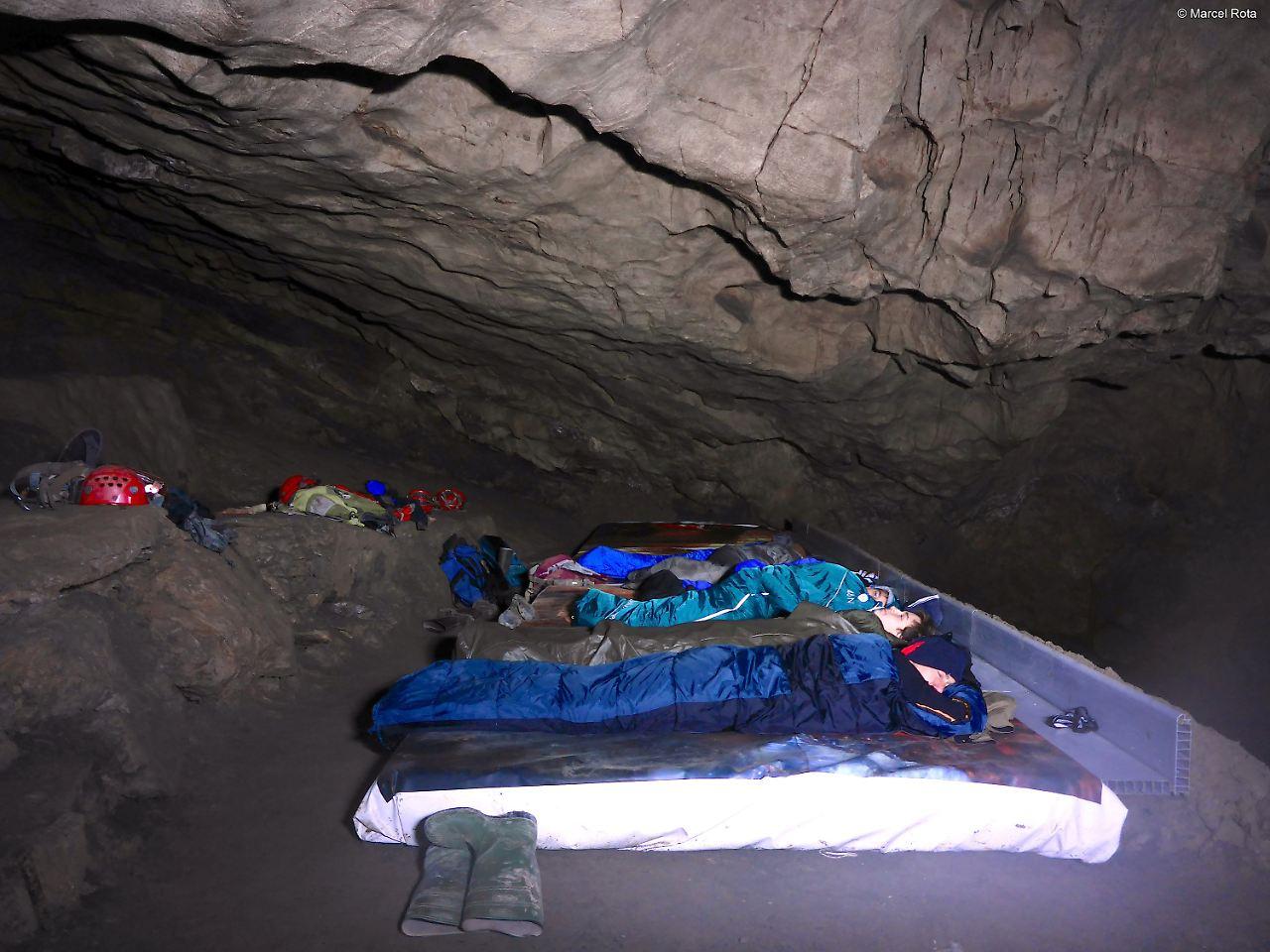 Profi-Kletterer befreien eingeschlossene Touristen aus 300 Meter tiefer Höhle