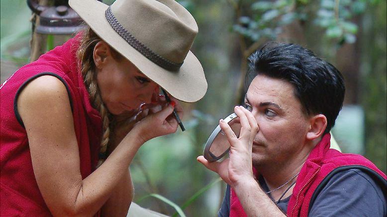 Tag 12 im australischen Dschungel und Tatjana verlässt das Camp. Noch schnell das übliche Anpinseln mit Beauty-Buddy Matthias und ...