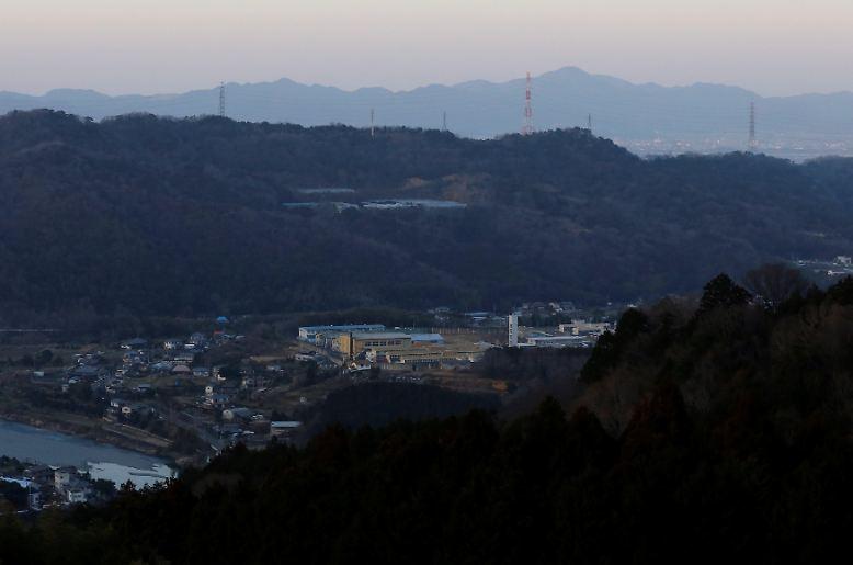Von den Bergen rund um die japanische Stadt Tokushima ist das Gefängnis der Stadt gut zu sehen.