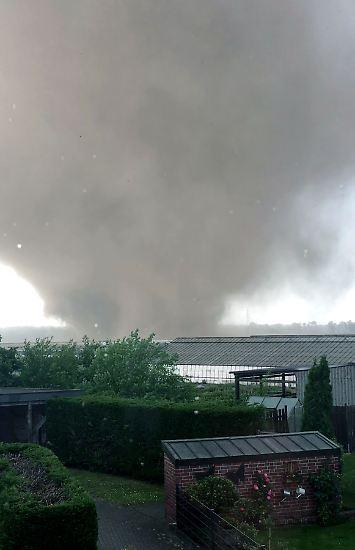 Ungewöhnliches Naturschauspiel im Westen von Nordrhein-Westfalen: Im Kreis Viersen nördlich von Mönchengladbach entwickelt sich aus einer Unwetterfront heraus ein mächtiger Tornado.