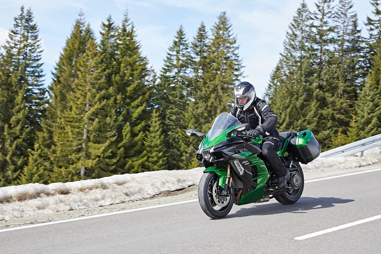 Mit Der Kawasaki H2 SX Am Riedbergpass In Den Bayrischen Alpen