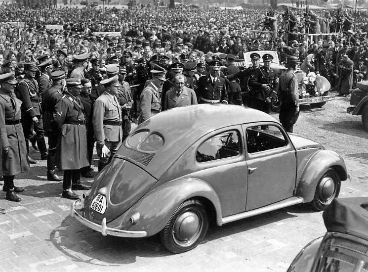 """Der erste Volkswagen sollte das Auto massentauglich machen. Das schaffte der spätere """"Käfer"""" nie. Aber aus Volkswagen wurde - trotz allen Krisen - in 80 Jahren die Nummer eins der Autobauer."""