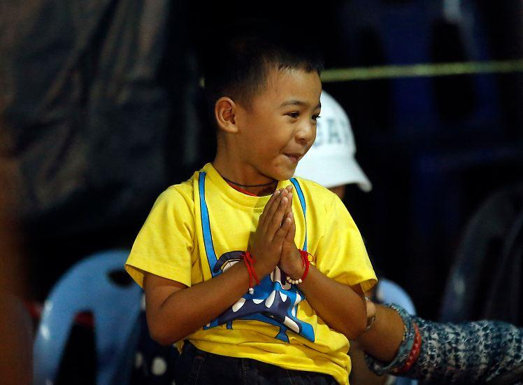 Nachdem Angehörige und Freunde neun Tage lang in Thailand um das Leben von 12 Jungen und ihrem Trainer gebangt haben ...