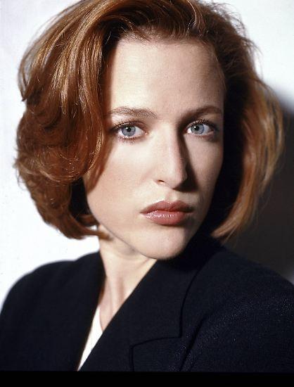 """Kühl, intelligent und ein durchdringender Blick: Als Dana Scully in der Kult-Serie """"Akte X"""" verzaubert Gillian Anderson Millionen Sci-Fi-Fans. Und auch nach 25 Jahren Jagd nach Außerirdischen ..."""