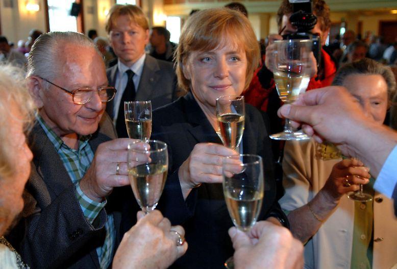 """""""Ein großer Teil dessen, was wir in Deutschland über uns erfahren haben, ist Bestandteil jeder besseren Party, und insofern hat uns das jetzt nicht so aufgeregt"""", sagte Angela Merkel über die Wikileaks-Enthüllungen."""