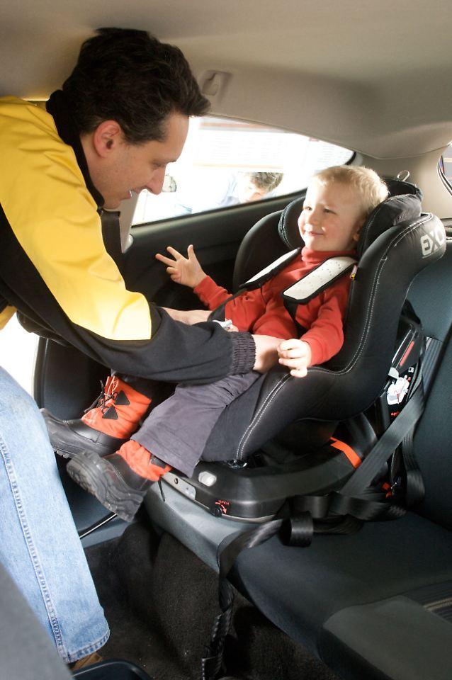 nie ohne sitz unterwegs kinder im auto richtig sichern. Black Bedroom Furniture Sets. Home Design Ideas