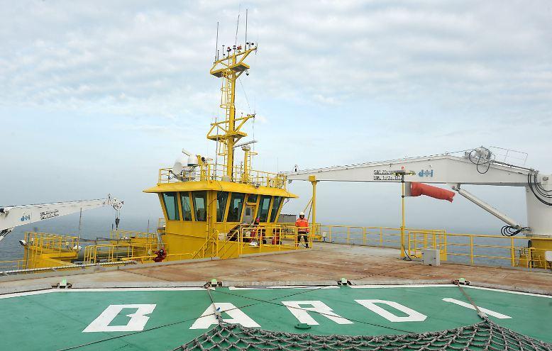 Niedersachsens Ministerpräsident David McAllister und EU-Kommissar Günther Oettinger haben den roten Knopf gedrückt - und weitere Anlagen des ersten kommerziellen Offshore-Windparks Deutschlands in Betrieb genommen.