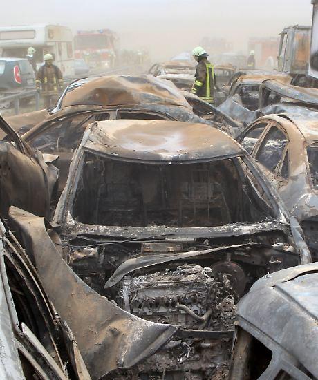 Eine Massenkarambolage in einem Sandsturm südlich von Rostock kostet mindestens acht Menschen das Leben.