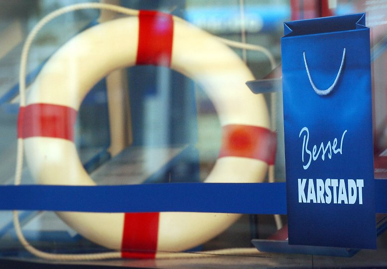 Der Handels- und Touristikkonzern Arcandor, der bis Mitte 2007 unter dem Namen KarstadtQuelle firmierte, ist bereits seit Jahren in Schieflage und stand schon einmal haarscharf vor dem Aus.
