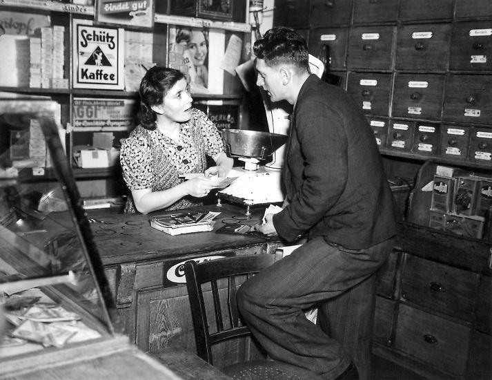 Ein Kilo Mehl, ein halbes Pfund Butter oder eine Handvoll Bonbons - früher ließ man sich seine Einkäufe abwiegen und brachte sie in unscheinbaren Papiertüten nach Hause.