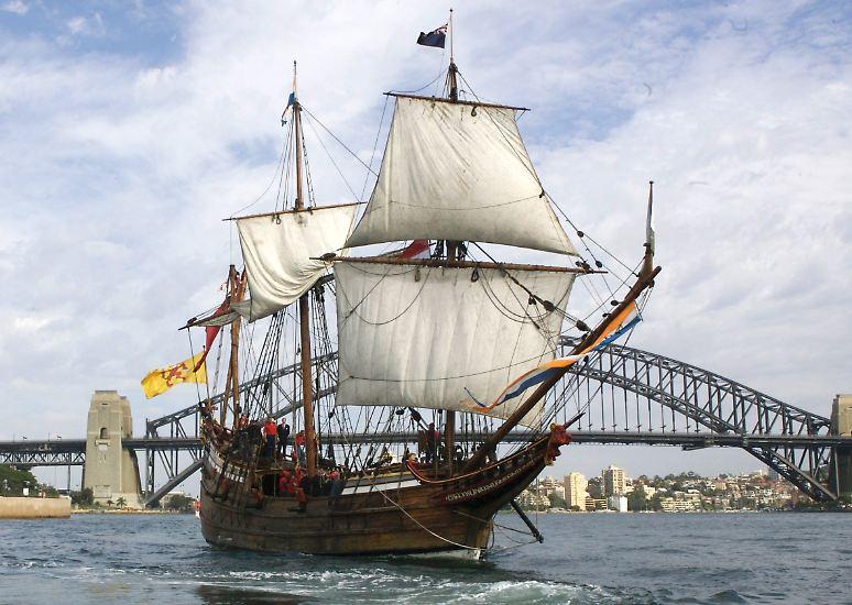 """Schon in der Antike glaubte man an ein """"südliches Land"""" (terra australis), doch entdeckt wurde Australien durch europäische Seefahrer ... (Nachbau des Entdecker-Schiffes Duyfken)"""
