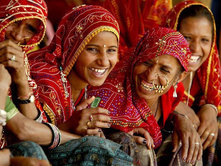 Indien ist mit mehr als 1,2 Milliarden Einwohnern nach China der zweitbevölkerungsreichste Staat der Erde. Sein Gesicht wird geprägt von einer Vielzahl von Ethnien und Religionen. Vier Fünftel der Inder sind Hindus, aber auch Muslime, Christen, Sikhs und Buddhisten leben dort. Hier ein Eindruck von der farbenprächtigen Vielfalt des indischen Lebens: Frauen aus Rajasthan auf dem Markt in Pushkar.