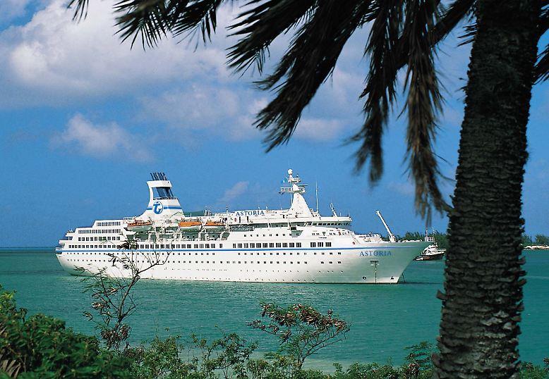 """Ferien auf schwimmenden Hotels bleiben bei deutschen Urlaubern beliebt. Und daran wird sich nach Einschätzung der Branche auch nach der Havarie der """"Costa Concordia"""" und dem Brand auf der """"Costa Allegra"""" nichts ändern."""
