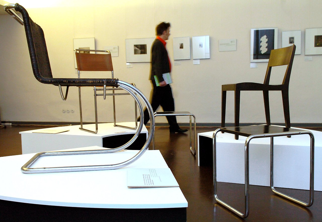 weltber hmter schwingstuhldesigner gro e breuer schau im. Black Bedroom Furniture Sets. Home Design Ideas