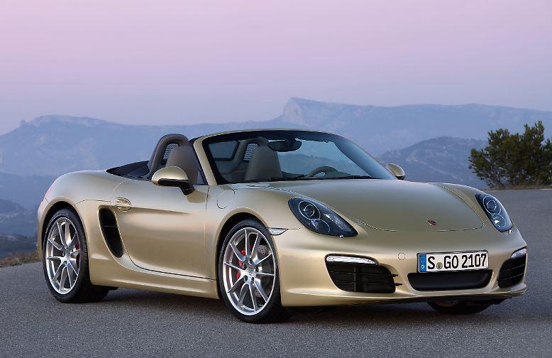 """Böse Zungen behaupten, der Boxster wäre gar kein Porsche. Spötter nennen ihn sogar """"Friseusen-Porsche"""". Nichts scheint bei diesem Wagen die Parameter eines Porsche zu erfüllen. Nicht der Preis und nicht das Antriebsaggregat. Mit der dritten Generation des Mittelmotorsportwagens …"""